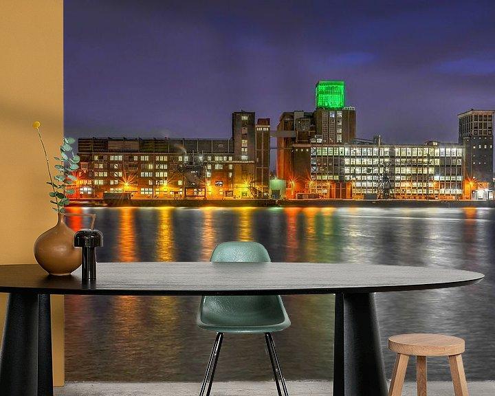Sfeerimpressie behang: Rotterdam: Graansilo en Rijnhaven bij avond van Frans Blok