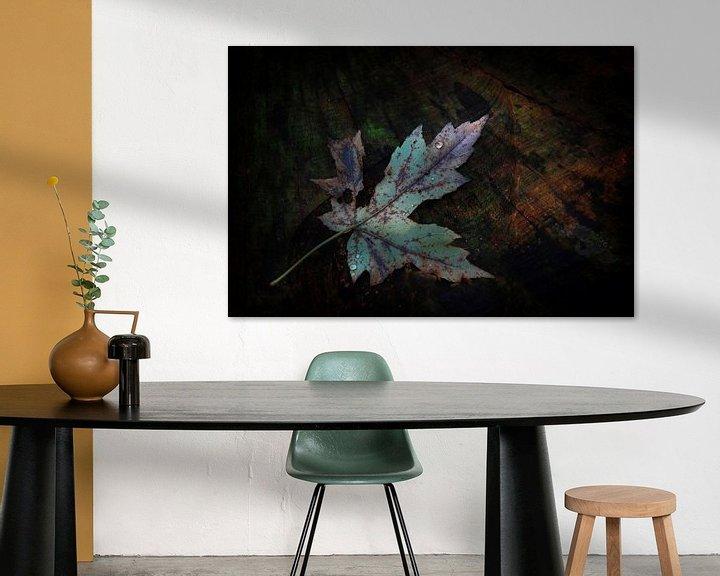 Sfeerimpressie: Herfstblad op boomstronk van Ruud Peters