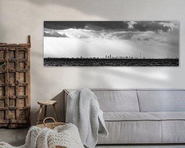 panorama skyline  Amsterdam over het meer