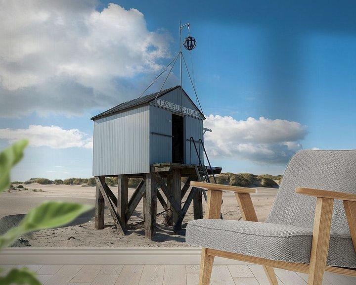 Sfeerimpressie behang: Drenkelingenhuisje op het Noordzeestrand van Terschelling van Tonko Oosterink