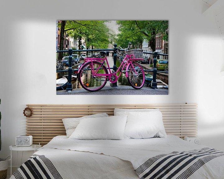 Sfeerimpressie: Roze fiets in Amsterdam van Ton de Koning