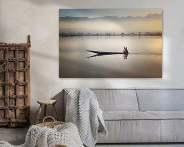 Visser op het stille Inle meer in Myanmar bij zonsopkomst von Nisangha Masselink