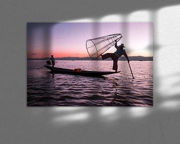 Silhouet van een visser op het Inle Lake in Myanmar van Nisangha Masselink