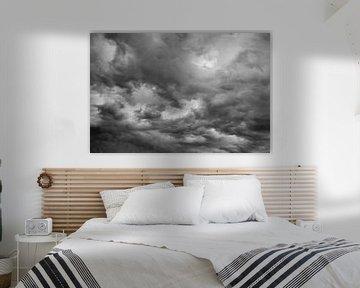 Donkere wolken in zwart wit van Mark Verheijen