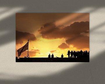 Ceremonie op een marineschip bij zonsondergang