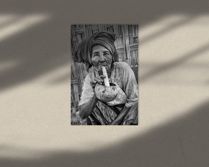 Beispiel: Alte Frau raucht traditionelle Stumpen Zigarre vor ihrem Haus in Baghan in Myanmar von Wout Kok