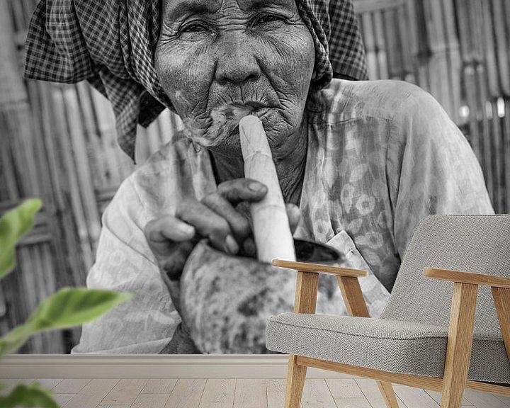 Beispiel fototapete: Alte Frau raucht traditionelle Stumpen Zigarre vor ihrem Haus in Baghan in Myanmar von Wout Kok