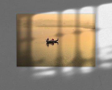 Gondel vaart bij zonsopgang langs de U PAIN bridge in Mandelay M van Wout Kok