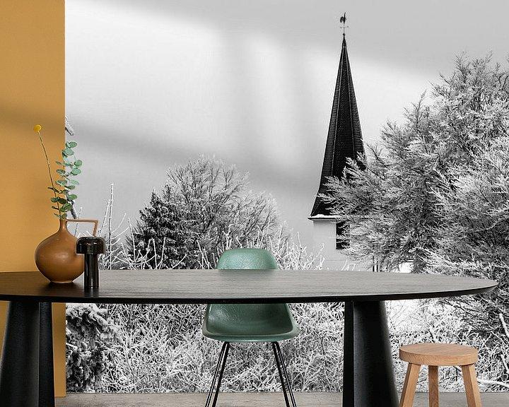 Sfeerimpressie behang: Duitse dorpskerk in de sneeuw (zwart/wit) van Remco Bosshard