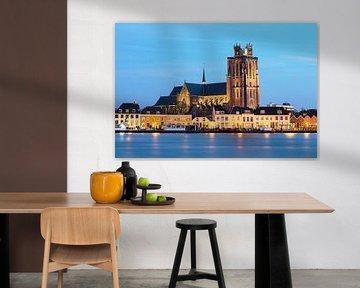 Grote Kerk Dordrecht tijdens blauwe uurtje in de avond. sur Peter Verheijen