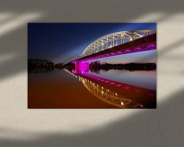 John Frostbrug over de Nederrijn bij Arnhem in de avond van Merijn van der Vliet