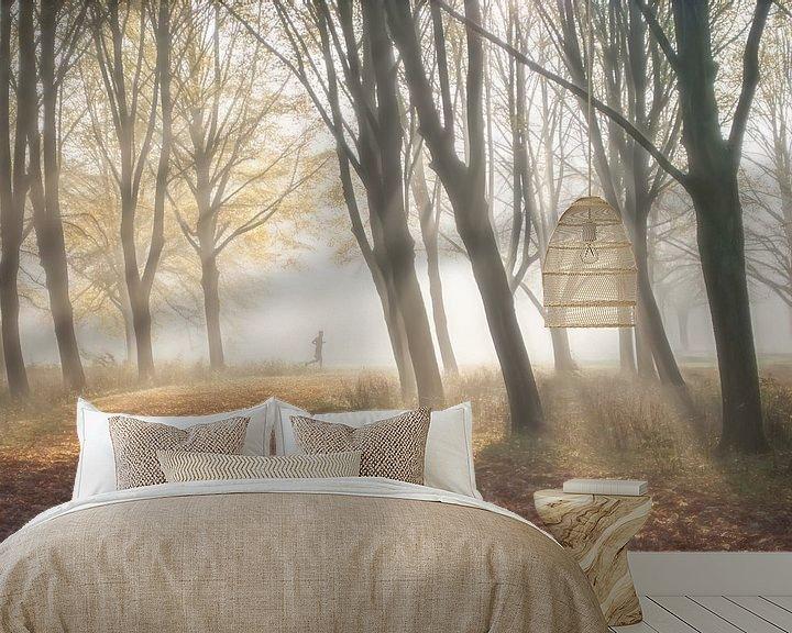 Sfeerimpressie behang: Hardloper in bos van Marcel van Balken