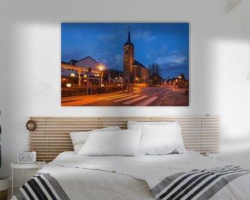 Sint-Agathakerk (Eys) tijdens he blauwe uurtje van John Kreukniet