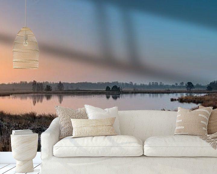 Sfeerimpressie behang: Misty Sunrise Pikmeeuwenwater van William Mevissen
