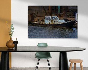 Roestig scheepje in Lauwersoog haven van Tim Groeneveld