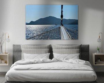 Zeilen op zee tegen zonsondergang van Anouschka Hendriks