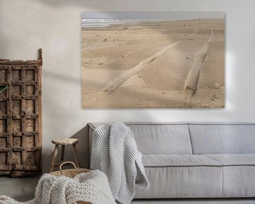 Sporen in het Noordzee strand van Terschelling van Tonko Oosterink