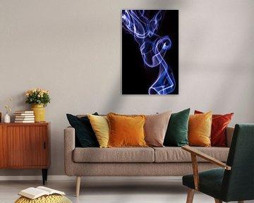 Paarse wierook op een zwarte achtergrond van Robert Wiggers