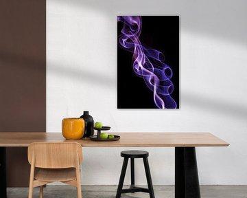 Violette wierook op een zwarte achtergrond van Robert Wiggers