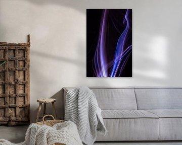 Blauw en paarse wierook op een zwarte achtergrond van Robert Wiggers