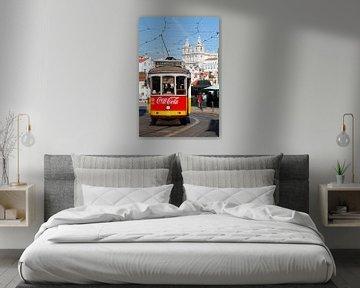Lissabon : Tram in der Alfama