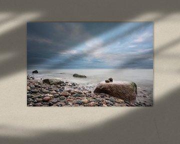Stones on the Baltic Sea coast van Rico Ködder