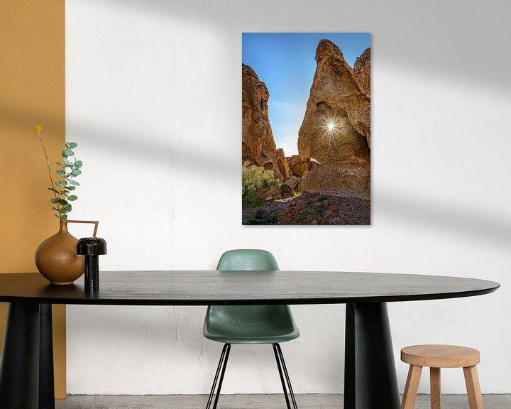 Sfeerimpressie: Zonneschijn door rots van Jasper den Boer