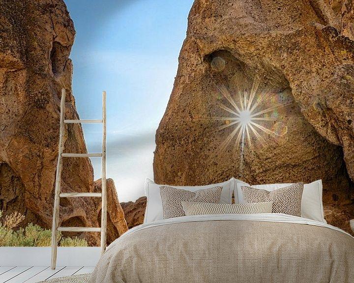 Sfeerimpressie behang: Zonneschijn door rots van Jasper den Boer