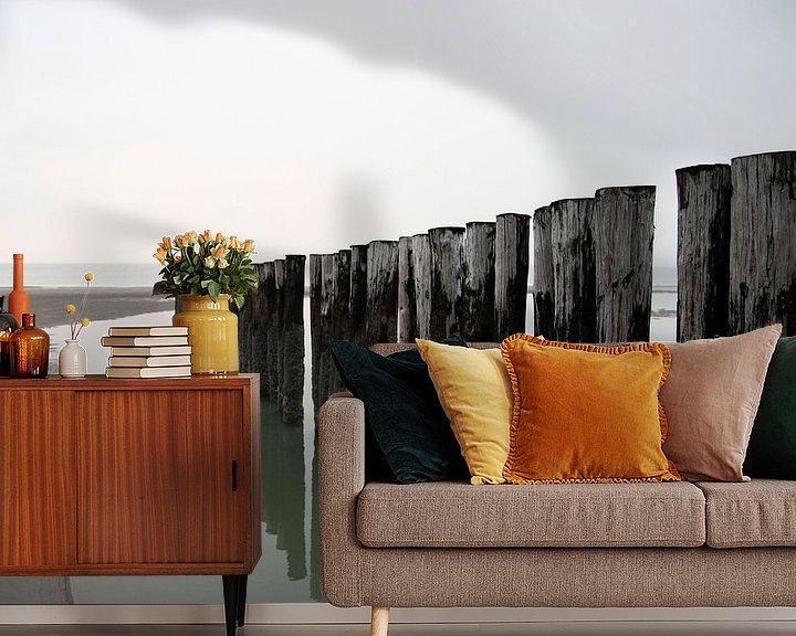 Sfeerimpressie behang: Palen op het strand van Thijs Schouten