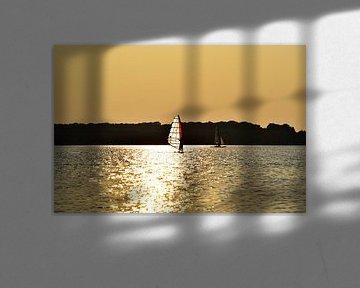 Surfer in zonsondergang van Marcel Ethner