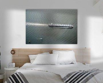 Vrachtschip in het water van Melvin Erné