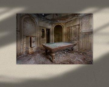 Billardtisch in verlassenem Schloss, Frankreich von Roman Robroek