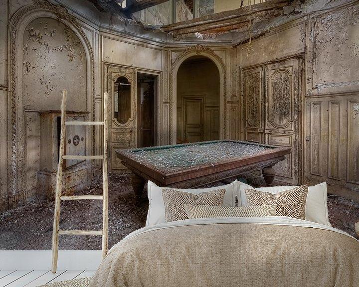 Beispiel fototapete: Billardtisch in verlassenem Schloss, Frankreich von Roman Robroek