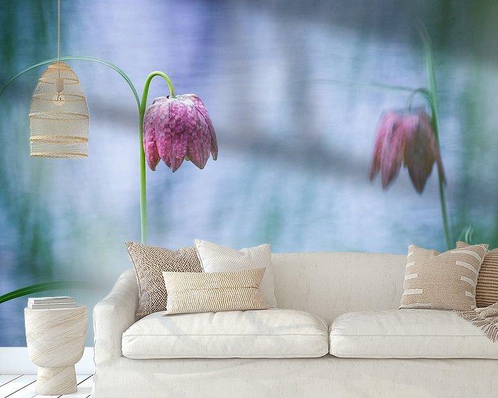 Sfeerimpressie behang: Twee kievitsbloemen bij het water van Pim Leijen