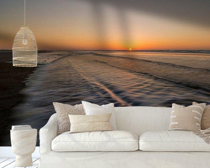 Sfeerimpressie behang: Beweging van golven op strand van Tonko Oosterink