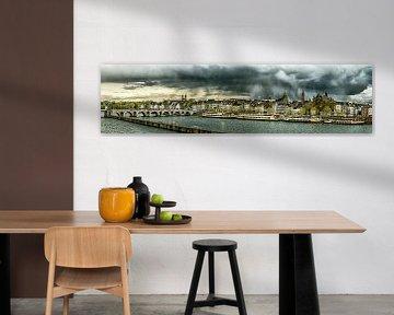 Regenwolken boven Maastricht - Mestreech - bewerkt II van Teun Ruijters