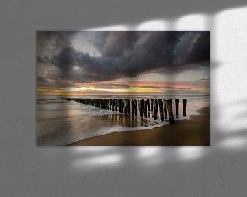 Paalhoofden op het strand na zonsondergang van Arnoud van de Weerd