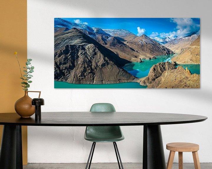 Sfeerimpressie: Turquoise water van het Yamdrok meer in Tibet van Rietje Bulthuis