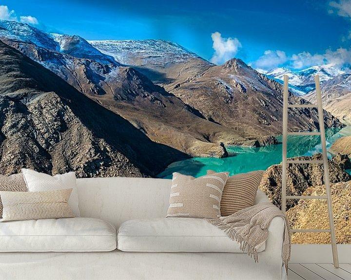 Sfeerimpressie behang: Turquoise water van het Yamdrok meer in Tibet van Rietje Bulthuis