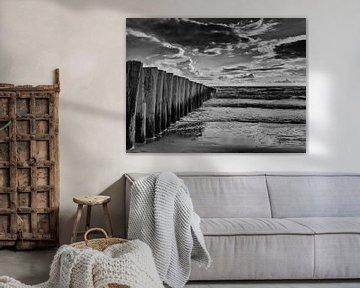 Strandmasten an der Küste in schwarzen und weißen Wellenbrecher von Groothuizen Foto Art