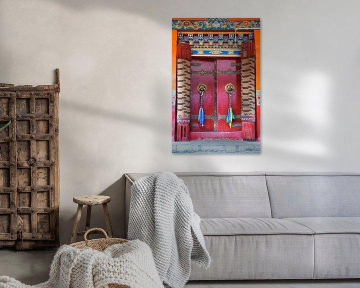 Sfeerimpressie: Rode deur met gebedsvlaggen in een Tibetaans klooster van Rietje Bulthuis