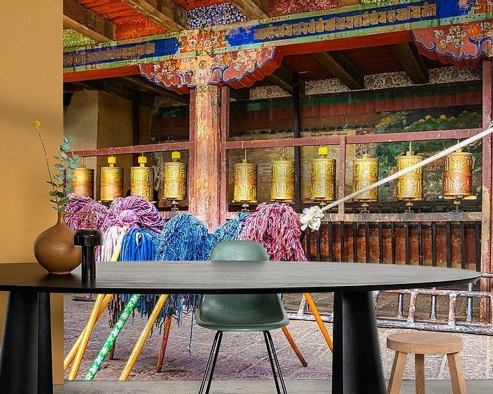 Sfeerimpressie behang: Bid en werk, binnenplaats van een  klooster in Tibet van Rietje Bulthuis