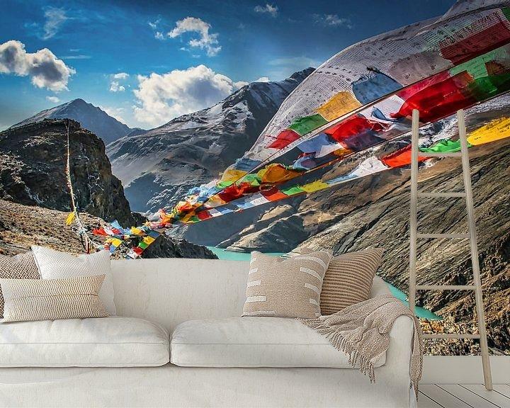 Sfeerimpressie behang: De gebedsvlaggetjes wapperen in de bergen, Tibet van Rietje Bulthuis