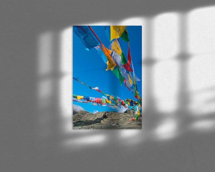 Impression:  Les drapeaux de prière flottant dans les montagnes du Tibet sur Rietje Bulthuis