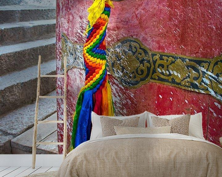 Sfeerimpressie behang: De deur staat op een kier in een klooster Tibet van Rietje Bulthuis