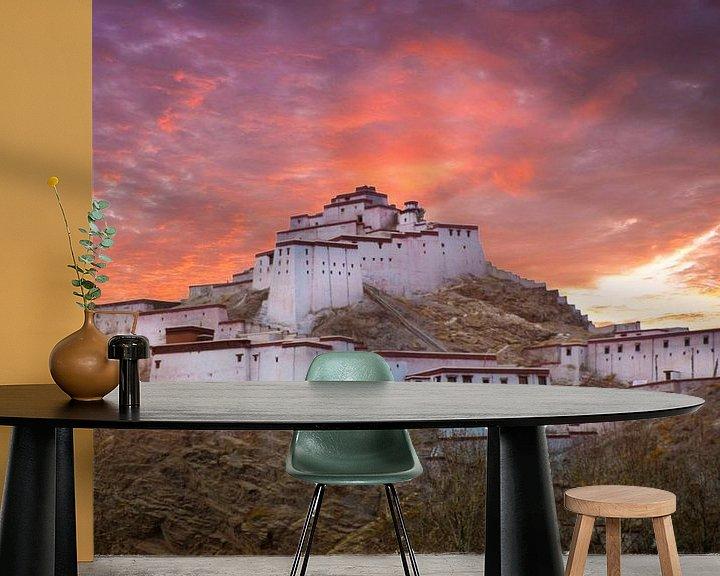Sfeerimpressie behang: Fort Gyantse bij avond, Tibet van Rietje Bulthuis