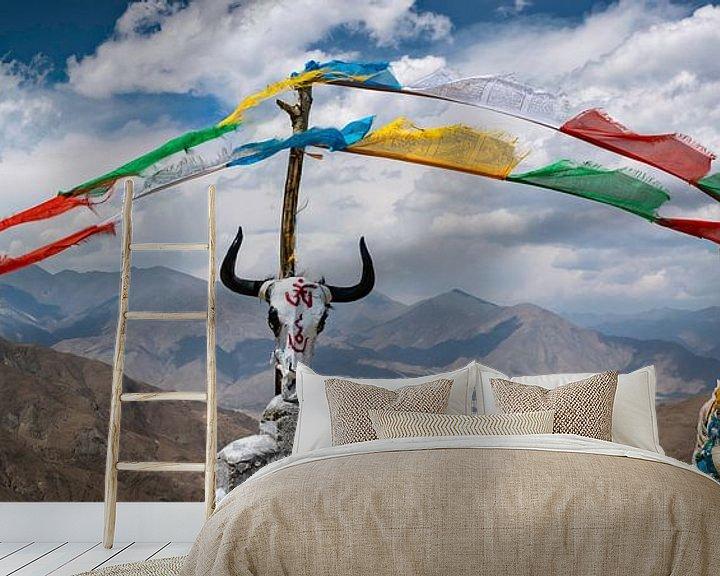 Sfeerimpressie behang: Schedel van een jak op een bergtop in de Himalaya, Tibet van Rietje Bulthuis