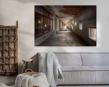 Flur mit Matratzen in verlassenem Krankenhaus von Roman Robroek
