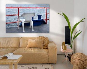 Plastic stoel op scheepsdek sur Gerda Beekers