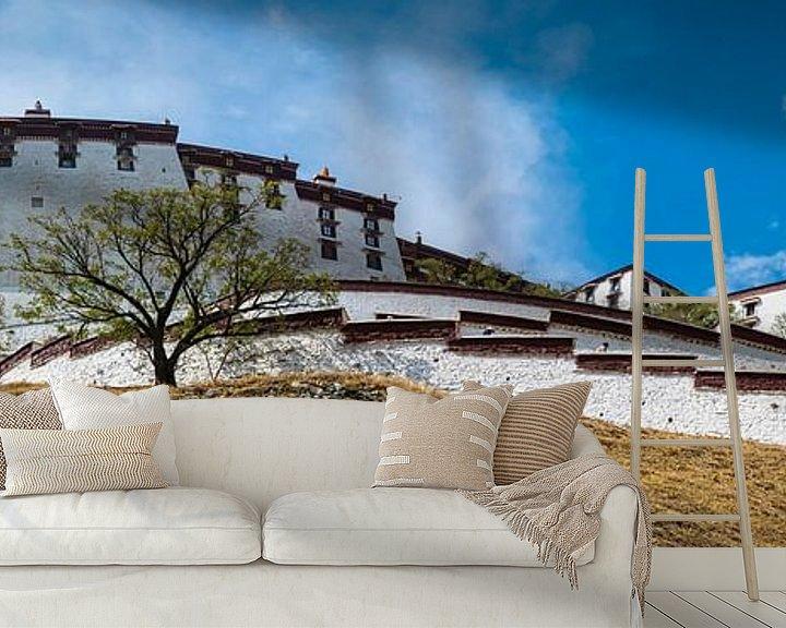 Sfeerimpressie behang: Het immens grote Potala paleis in Lhasa, Tibet van Rietje Bulthuis